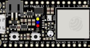 Placa Feather Wi-Fi ESP32-S2 TFT de montaje en panel
